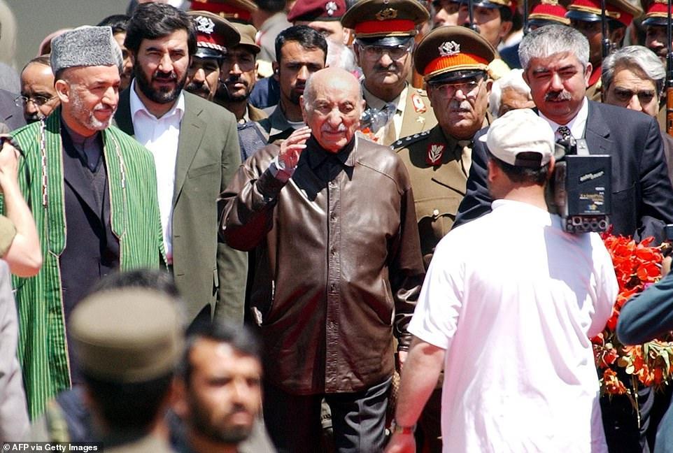 Retour de Zaher Shah aux côtés de Hamid Karzaï ( premier sur la gauche)