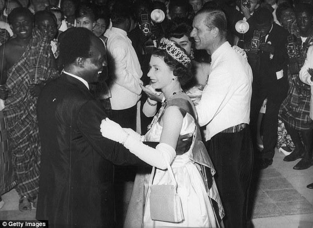 La reine Elizabeth II dansant avec le président Nkrumah