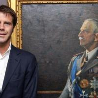 Emmanuel-Philibert de Savoie devant le portrait du roi Victor-Emmanuel III