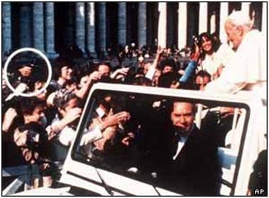Mehmet Ali Ağca tente d'assassiner le Pape