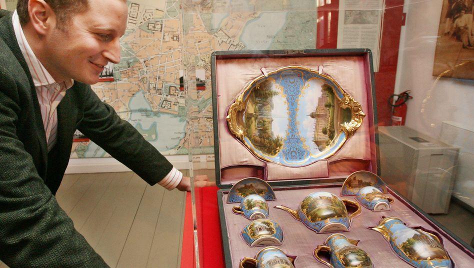 Le prince Georg Friedrich de Prusse devant les collections de porcelaine de sa famille