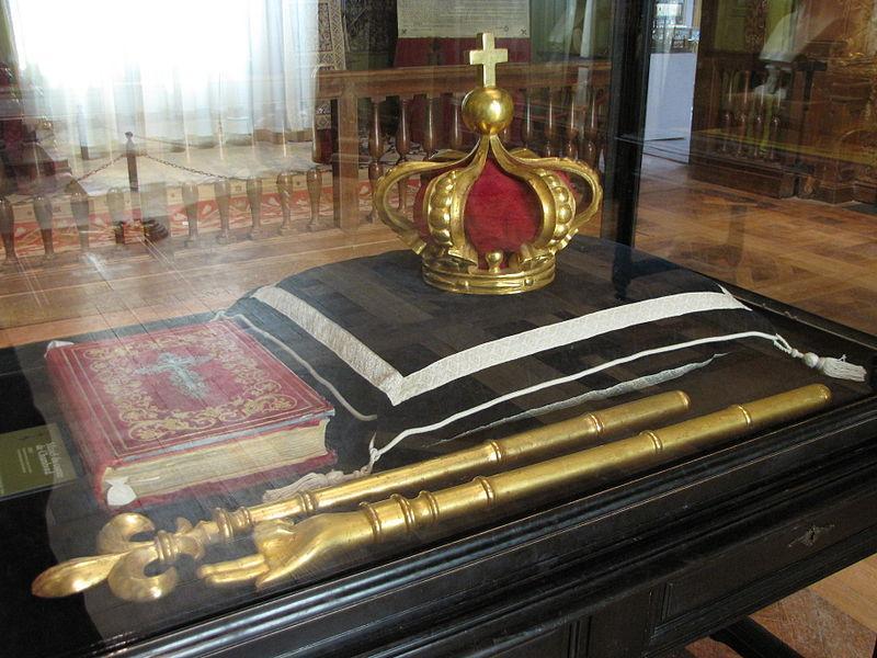 Ornements royaux fabriqués pour le service funèbre du comte de Chambord en 1883. Château de Chambord,