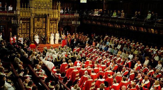 La chambre des Lords devant la reine Elizabeth II