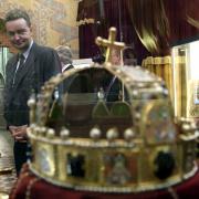 Georg de Habsbourg-Lorraine devant la couronne des rois de Hongrie