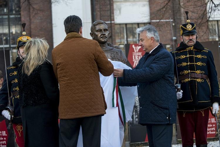 Inauguration d'un buste de Charles IV à Budapest