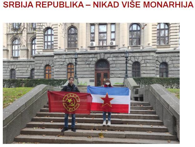 Des membres du la ligue de jeunesse communiste devant le palais blanc