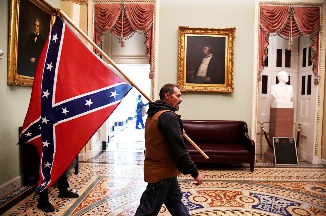 Drapeau secessioniste porte par un partisan du president donald trump au capitole
