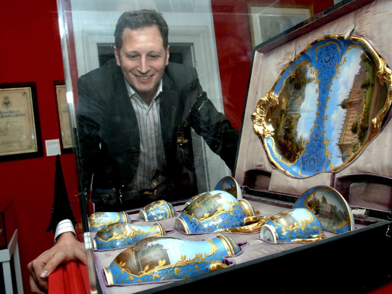 Georg Friedrich von Preußen regarde les collections de ses ancêtres