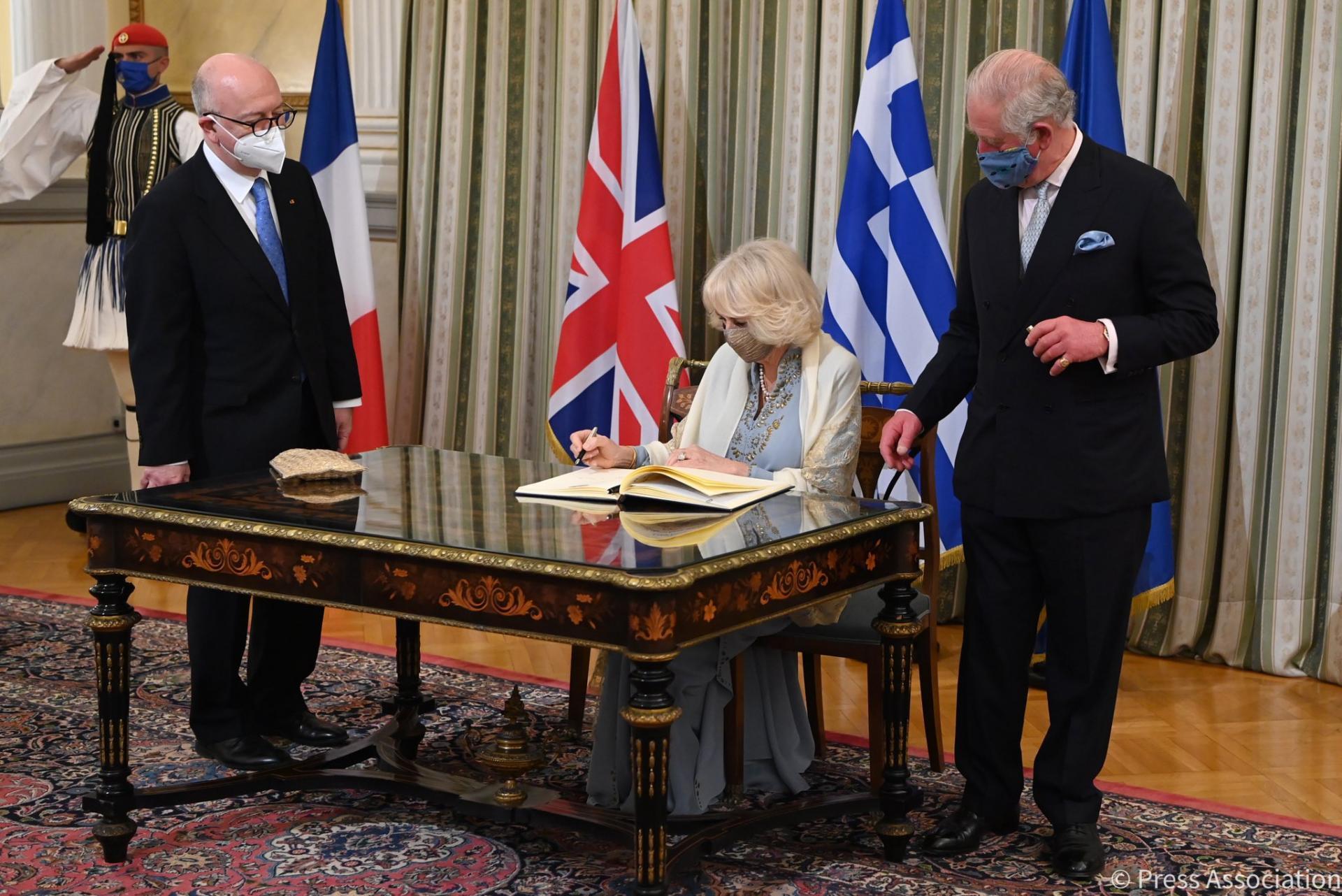 Le couple princier signe le livre des invités