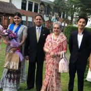 La famille royale, Gyanendra Shah et ses deux petits enfants
