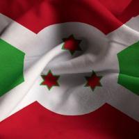 Gros plan du drapeau du burundi ebouriffe drapeau du burundi soufflant dans vent 6724 232