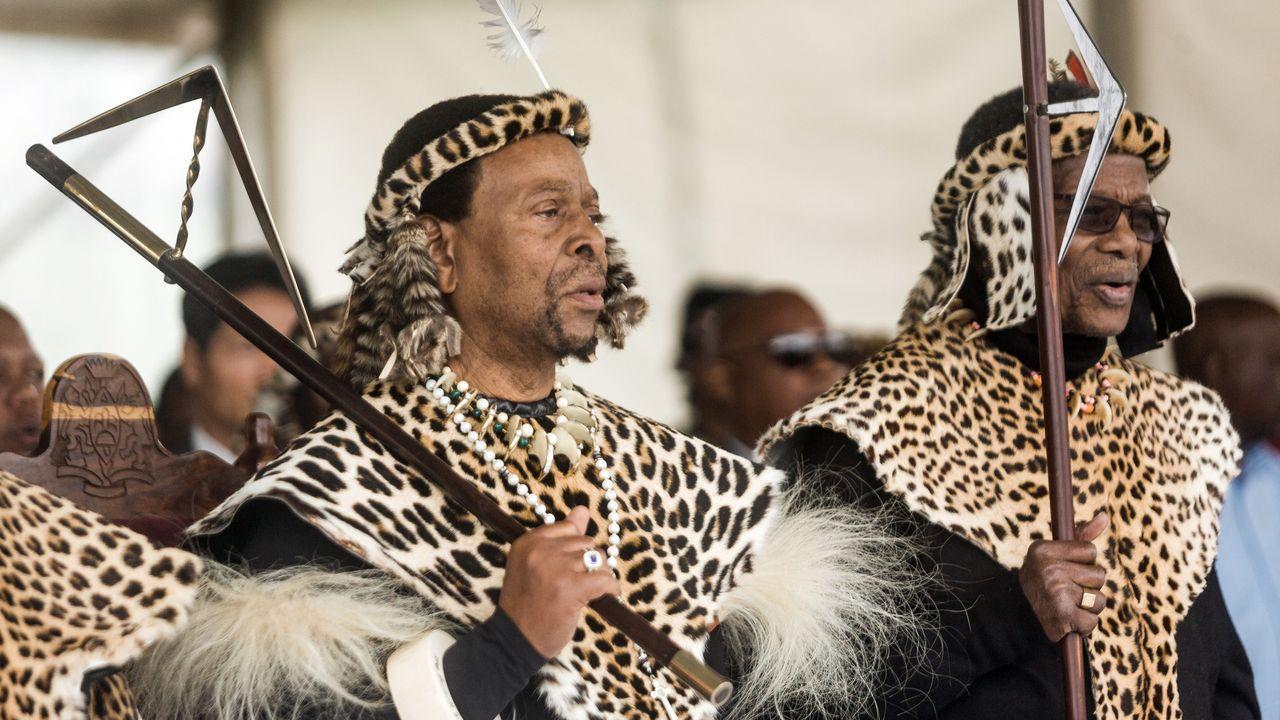 Goodwill Zwelithini kaBhekuzulu  (gauche) et Mangosuthu Buthelezi( droite)