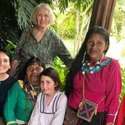 La princesse amaya avec les indiennes shibipas et sa grand mere carolyne health