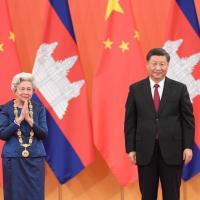 La reine mere norodom monineath sihanouk et le president xi jinping