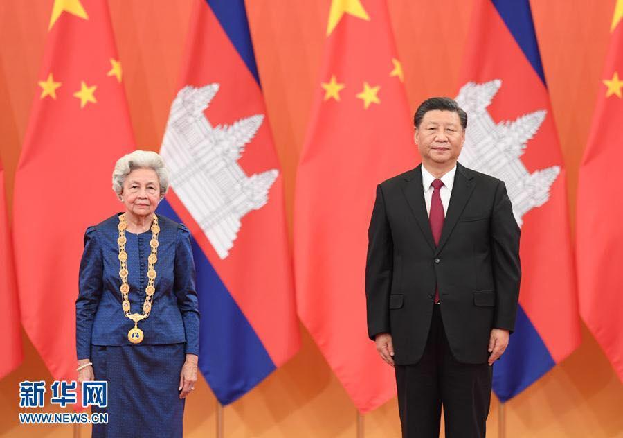 La reine norodom monineath sihanouk et le president chinois