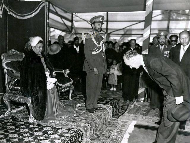 Le negus haile selassie recoit les dignitaires etrangers avec son epouse