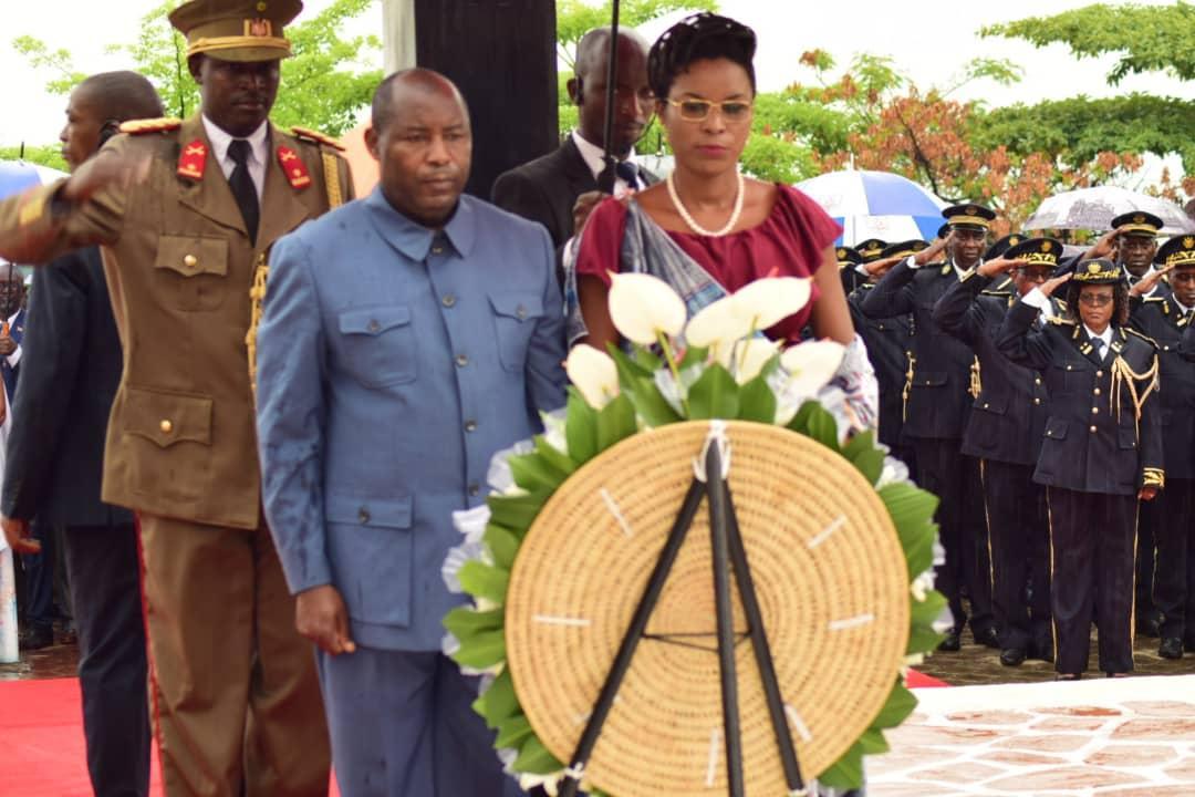 Le president de la republique et son epouse l armee rendent hommage a rwagasore