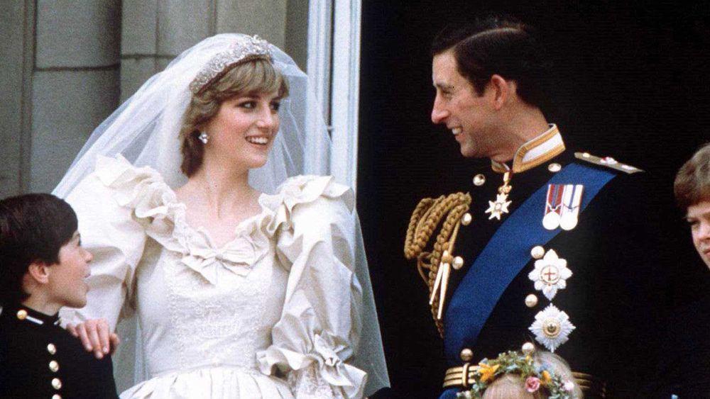Le prince Charles et la princesse Diana sur le balcon lors de leur mariage en 1981