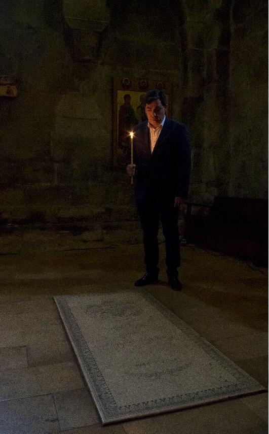 Le prince david devant la tombe de son pere le prince georges 1