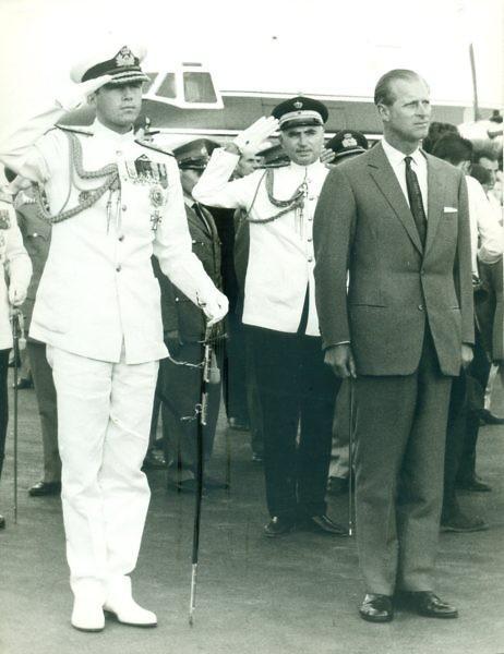 Le prince philip duc d edimbourg a son arrivee a l aeroport d athenes le 15 9 1964 ou il a ete accueilli par le roi constantin i