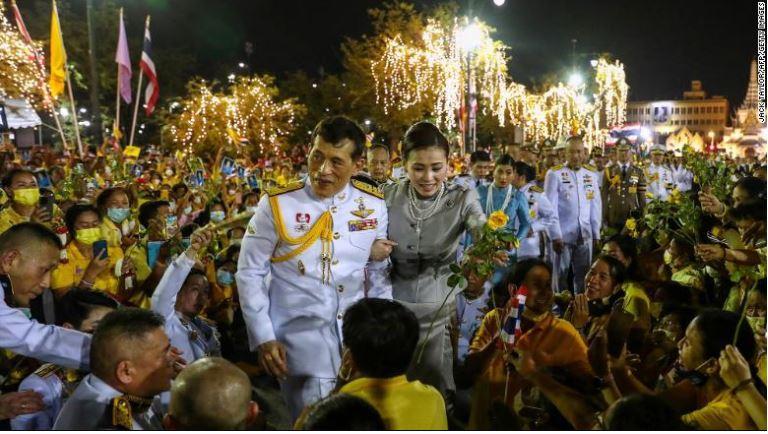 Le roi de thailande parmi ses partisans