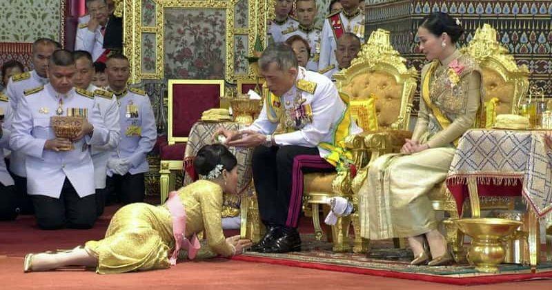 Le roi la reine et a leurs pieds la noble concubine
