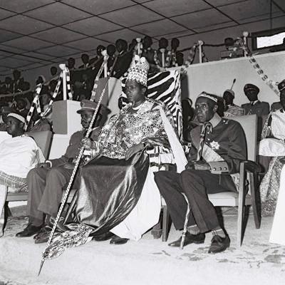 Micombero ( à gauche) et le roi Ntare V ( au centre)