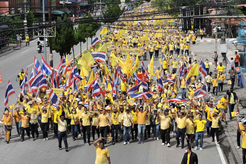 Les partisans du roi défilent à Bangkok