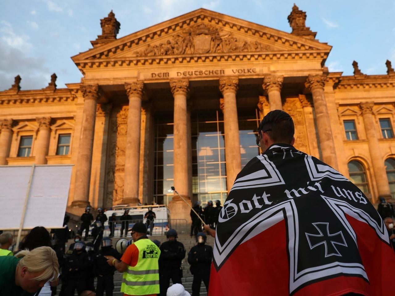 Les monarchistes allemands devant le bundestag