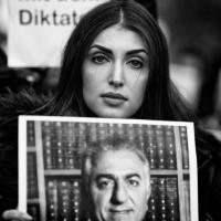 Jeune monarchiste iranienne (Allemagne, novembre 2019)
