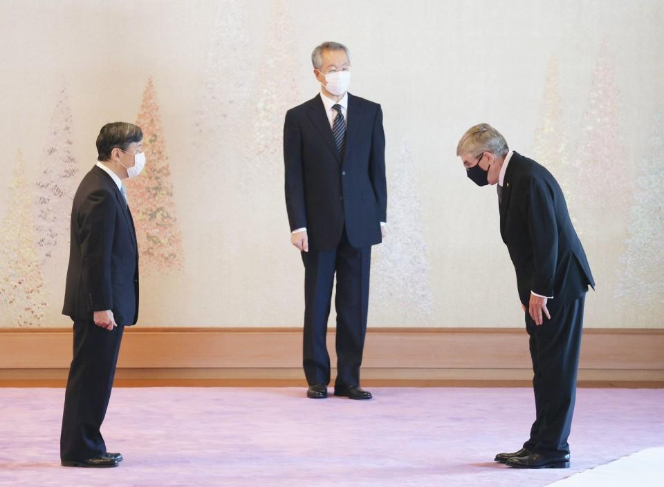 Thomas Bach, président du Comité international olympique s'incline devant l'empereur