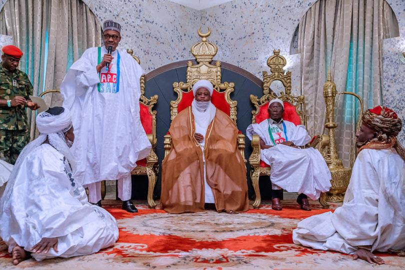 Debout, le président Buhari et assis, le sultan de Sokoto