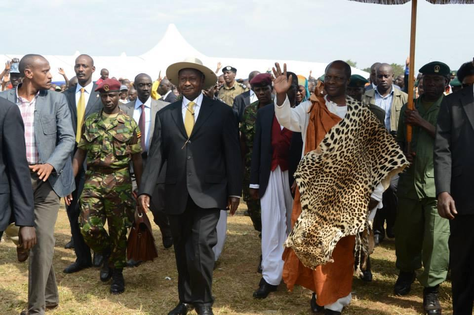 Ronald mutebi ii droite et yoweri museveni gauche avec un chapeau