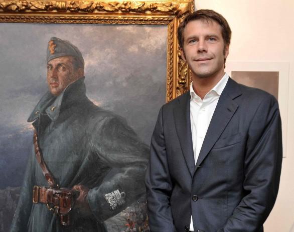 Emmanuel philibert de Savoie , prince de Venise devant le portrait du roi Humbert II