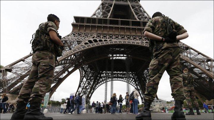 Soldats francais protegeant la tour eiffel
