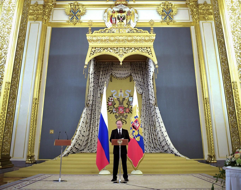 Vladimir poutine devant le trone de russie